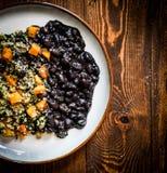 Квиноа с овощами и черными фасолями Стоковые Изображения RF