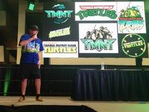Кевин Eastman, создатель подростковых черепах Ninja мутанта, на сцене на конвенции стоковое изображение