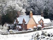 Кедры коттедж, майна конуры собаки, Chorleywood в снеге зимы стоковое изображение rf