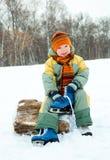 кек льда мальчика идя к Стоковые Фотографии RF