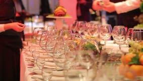 Кельнеры аранжированные бокалы, таблица банкета в ресторане, пустые стекла на таблице банкета, Новый Год видеоматериал