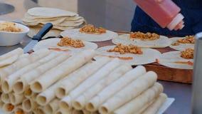 Кельнер варя мексиканское буррито Руки кельнера оборачивая буррито заполняя в tortilla видеоматериал