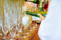 Кельнер лить личную служа Шампань в стеклах Ресторанное обслуживание на событиях, корпоративная встреча, партия, свадьбы Селектив Стоковое фото RF