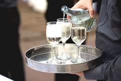 Кельнер льет вино в стекле Стоковые Фотографии RF