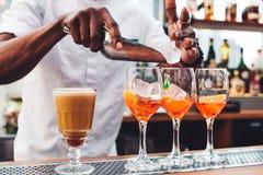 Кельнер льет вино в стекло Стоковые Фотографии RF