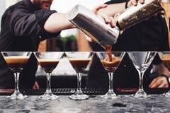 Кельнер льет вино в стекло Стоковые Изображения RF