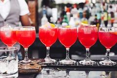 Кельнер льет вино в стекло Стоковое Фото