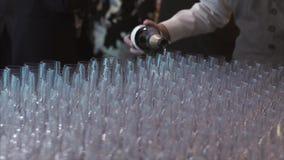 Кельнер льет шампанское в стекло в торжестве акции видеоматериалы
