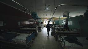 Кения, Kisumu - 20-ое мая 2017: Африканская женщина идя через комнату вполне людей в меньшей больнице в Африке акции видеоматериалы
