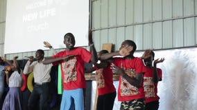 КЕНИЯ, KISUMU - 20-ОЕ МАЯ 2017: Африканские люди, дети танцевать, поя в микрофоне на этапе видеоматериал