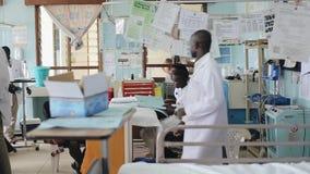 КЕНИЯ, KISUMU - 20-ОЕ МАЯ 2017: Африканские люди работая в отделе допущения в больнице Отделение неотложной помощи в Африке акции видеоматериалы