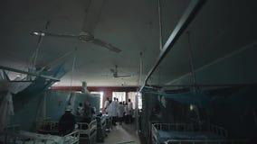 КЕНИЯ, KISUMU - 20-ОЕ МАЯ 2017: Большая больница вполне пациентов Африканские люди с детьми и докторами в белой мантии акции видеоматериалы