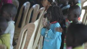 КЕНИЯ, KISUMU - 20-ОЕ МАЯ 2017: Большая группа в составе африканские дети танцуя, хлопая их рука и поя совместно видеоматериал