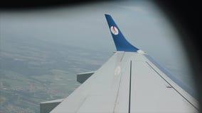 КЕНИЯ, KISUMU - 20-ОЕ МАЯ 2017: Взгляд от окна самолета на крыле над городом Пассажирский самолет принимает  акции видеоматериалы