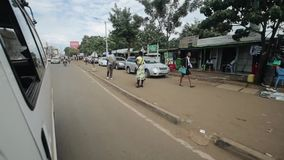 КЕНИЯ, KISUMU - 20-ОЕ МАЯ 2017: Взгляд через лобовое стекло изнутри автомобиля Автомобиль едет через город в Африке видеоматериал
