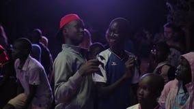 КЕНИЯ, KISUMU - 20-ОЕ МАЯ 2017: Группа в составе африканские дети, подростки танцуя в выравниваться совместно, усмехаться и хлопа сток-видео