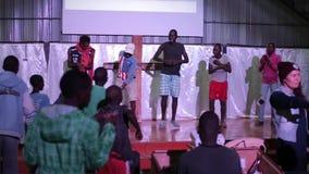 КЕНИЯ, KISUMU 20-ОЕ МАЯ 2017: Группа в составе африканские подростки, мальчики оставаясь на этапе и показывая движения танцев к сток-видео