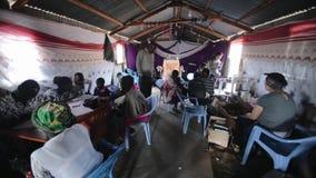 КЕНИЯ, KISUMU - 20-ОЕ МАЯ 2017: Местный центр волонтера африканца Люди получают медицину, лекарства и помощь от кавказских людей сток-видео