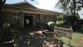 КЕНИЯ, KISUMU - 20-ОЕ МАЯ 2017: Отдел допущения в больнице Отделение неотложной помощи в деревне в Африке Обама видеоматериал