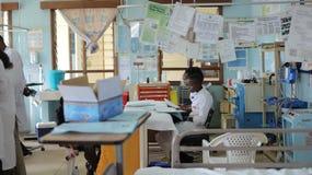 КЕНИЯ, KISUMU - 23-ЬЕ МАЯ 2017: Африканские люди работая в отделе допущения в больнице Отделение неотложной помощи в Африке стоковые изображения rf