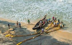 КЕРАЛА, ИНДИЯ - 19-ое января: Традиционная рыбная ловля в южном Ind Стоковые Изображения RF