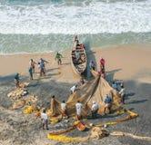 КЕРАЛА, ИНДИЯ - 19-ое января: Традиционная рыбная ловля в южном Ind Стоковая Фотография