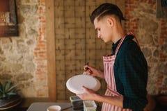 Керамика в руке гончара Художник делая орнамент на керамическом продукте Мужская деятельность гончара стоковое изображение