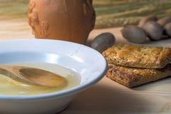 Керамическая белая плита с медом который понизил ложку, печенья, и бак глиняного кувшина Стоковые Фото