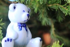 Керамическая голубая смертная казнь через повешение медведя на дереве Xmas Стоковые Фото