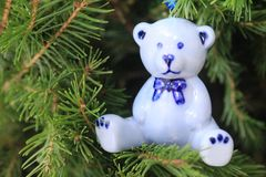Керамическая голубая смертная казнь через повешение медведя на дереве Xmas Стоковое фото RF