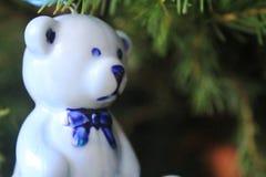 Керамическая голубая смертная казнь через повешение медведя на дереве Xmas Стоковая Фотография