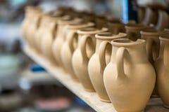Керамическая посуда в мастерской гончарни Стоковое Фото