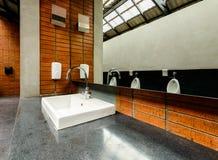 Керамическая раковина ванной комнаты в ванной комнате ` s людей Стоковые Фотографии RF