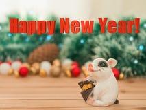 Керамическая свинья с денежным ящиком на bac орнаментов и светов рождества стоковые фотографии rf