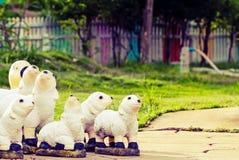 Керамическая скульптура украшения овец семьи на поле цемента и gr Стоковое Фото