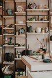 Керамическая студия для работы с глиной, цвета ремесла, поливы Дневной свет в космосе просторной квартиры искусства стоковая фотография