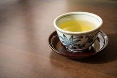 Керамическая чашка традиционного японского чая на деревянном столе Стоковое Изображение RF