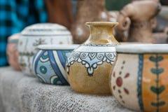 керамические вазы Покрашенная рука перспектива Предпосылка запачкана Гончарня покрытая с эмалью стоковые фото