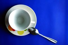 Керамические кофейная чашка и поддонник и чайная ложка Стоковое Изображение