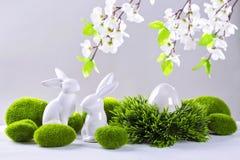 Керамические кролики и яичко пасхи стоковая фотография