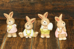 Керамические кролики для украшения пасхи стоковые фотографии rf