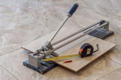 Керамические плитки и инструменты для tiler Установка плиток пола Hom Стоковая Фотография