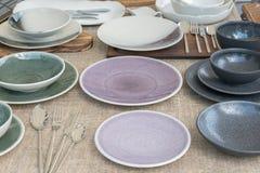 Керамические плиты и чашки других цветов Стоковое Изображение RF