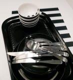 Керамические плиты, шары и Silverware на подносе Стоковая Фотография RF