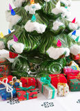 Керамические рождественская елка & подарки Стоковое Изображение