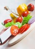 керамические томаты салата ножа для разрезания стоковое изображение