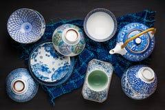 Керамические утвари, плита шара и чайник на таблице Стоковое Изображение RF