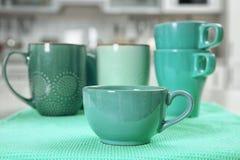 Керамические чашки в различных тенях цвета мяты Стоковое фото RF