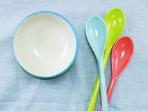 Керамические чашки и пластичные ложки Стоковые Фото