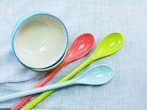 Керамические чашки и пластичные ложки Стоковое Фото